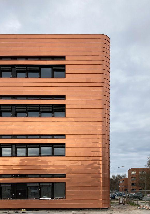 Teil der bronzenen Kupferfassade des Neubaus des Instituts für Elektrotechnik der Universität in Rostock.