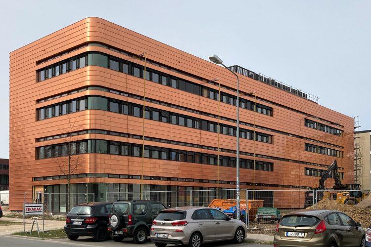 Neubau des Instituts für Elektrotechnik der Universität in Rostock mit seiner brozenen Kupferfassade.