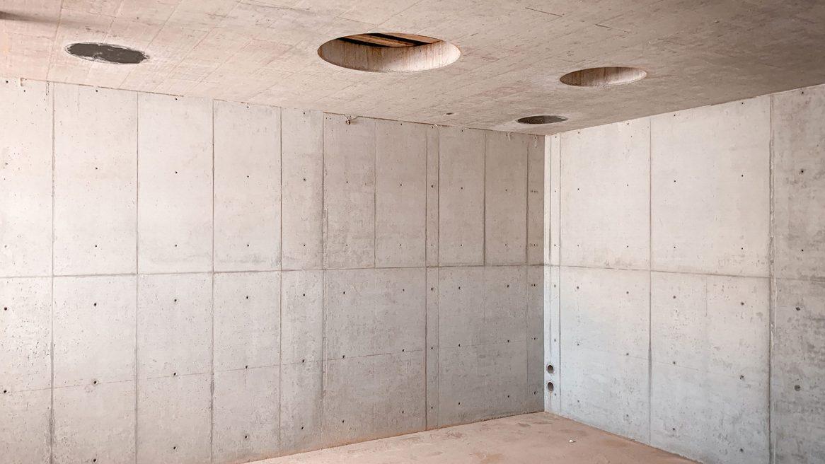 Rohbetonwände des Hörsaals des Neubaus des Instituts für Elektrotechnik der Universität in Rostock