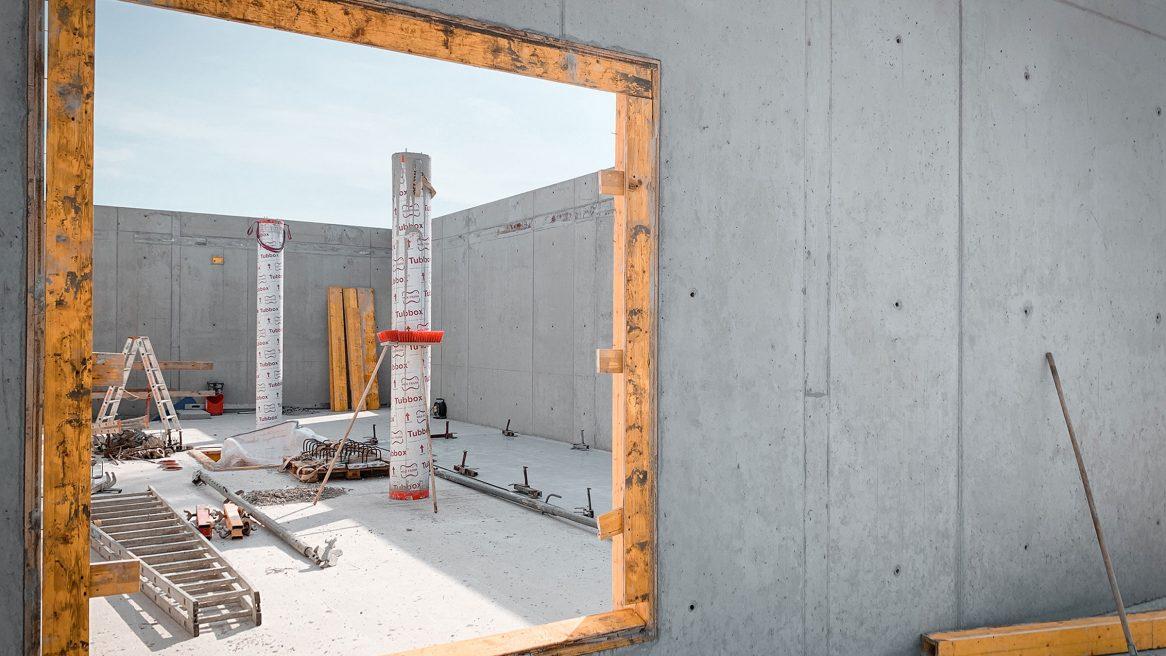 Betonwand des Obergeschosses mit Durchbruch des Neubaus des Instituts für Elektrotechnik der Universität in Rostock
