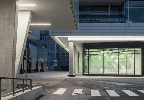Vorplatz und Glasfassade der Cafeteria des IZS, Stuttgart.