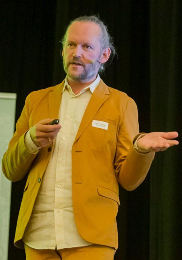 Prof. Xaver Egger beim Vortrag über das serielle Bauen im Rahmen der vierzehnten Jung Architekturgespräche.