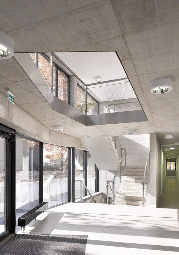 Eingangsbereich mit Luftloch zwischen Erdgeschoss und Obergeschoss und Freitreppe des Erweiterung des Instituts für Sportwissenschaften des Karlsruher Institus für Technologie in Karlsruhe.