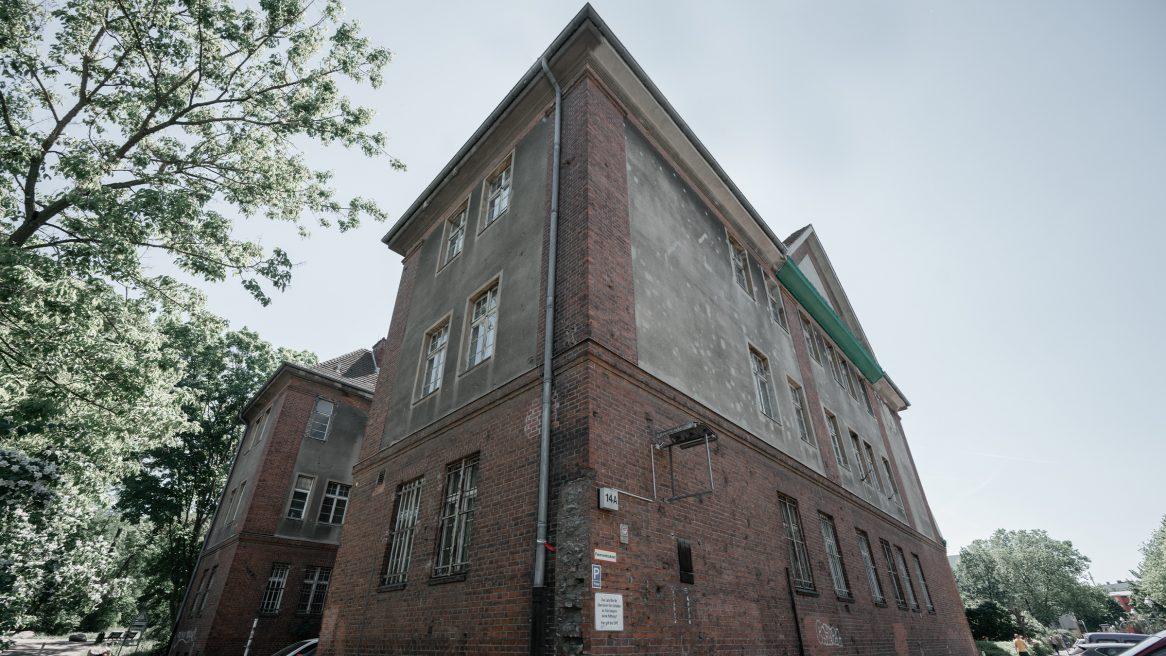 Außenaufnahme der Kurt-Tucholsky-Grundschule in Berlin.