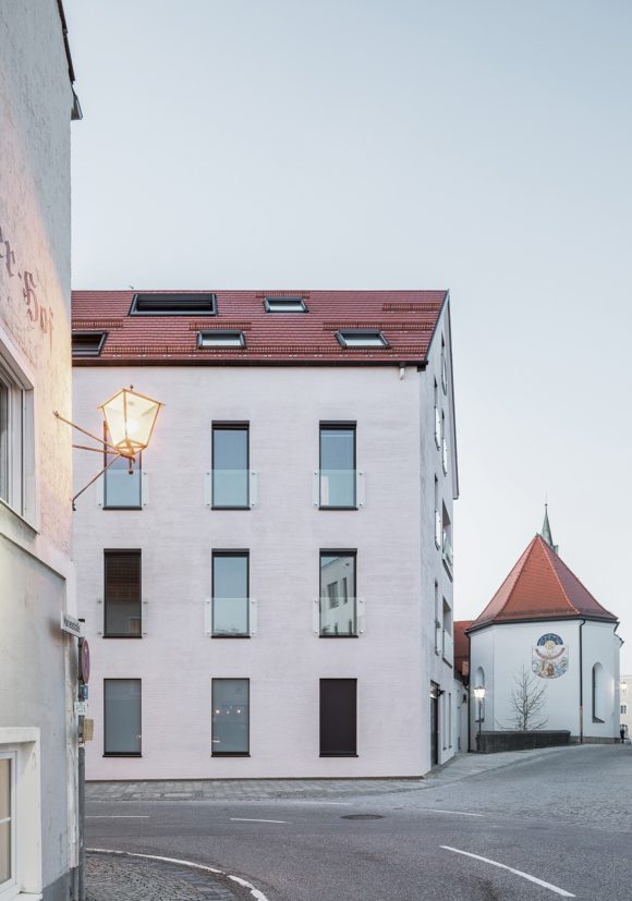 Straßenfassade des sanierten und erweiterten historischen Gebäudes MDF6 in Altötting.