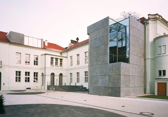 Vorplatz mit Altbau und Erweiterungsbau mit Betonfassade des Ministerium des Inneren in Potsdam.