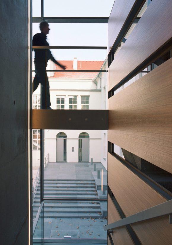 Ausblick aus dem Treppenhaus auf den Vorplatz des Ministerium des Inneren in Potsdam.