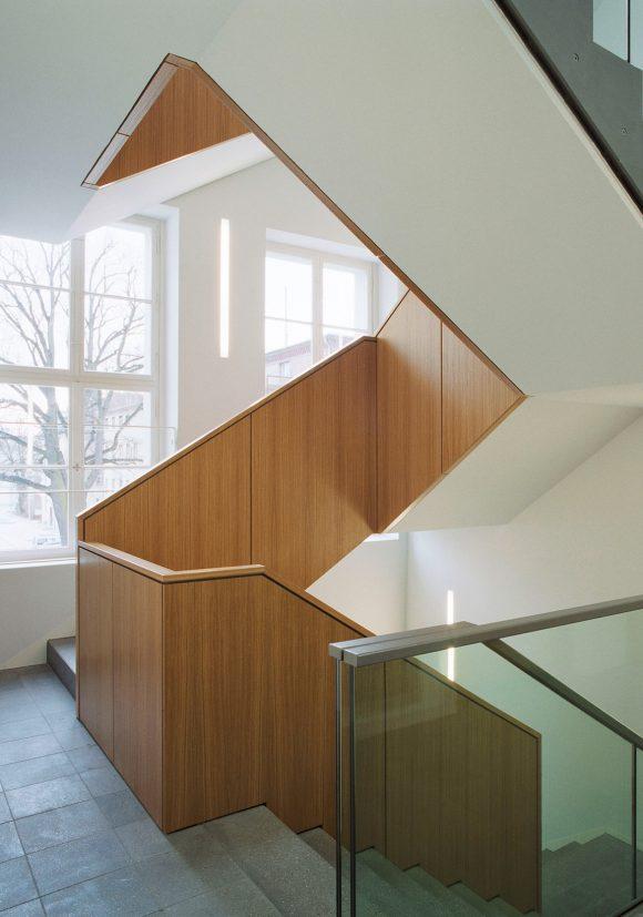 Treppe mit massiven Holzgeländer im Altbau des Ministerium des Inneren in Potsdam.