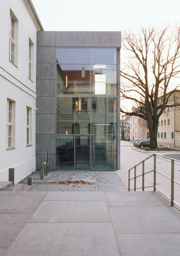 Eingang des Erweiterungsbaus mit Sichtbetonfassade des Ministerium des Inneren in Potsdam.