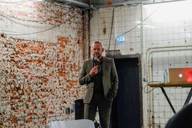 Am 07.05.2019 veranstaltet der Masterstudiengang ArchitekturProjektEntwicklung des Fachbereichs Architektur der Hochschule Bochum in Bochum unter Leitung von Prof. Xaver Egger ein Symposium. Die jährlich stattfindenden Symposien beschäftigen sich mit gesellschaftlich relevanten Themen wie z.B. Postwachstum, Flüchtlingskrise, Eigentumsdebatten oder der Frage, wem unsere Zeit gehört. Dieses Jahr kreist die Veranstaltung um das Thema Mut. Mut scheint ein Gut zu sein, welches in unserer von Überinformation und multiplen Wahrheiten geprägten und verunsicherten Welt nötiger denn je ist, aber mehr denn je zu fehlen scheint. Wir werden uns innerhalb der Gruppe der Masterstudierenden sowie gemeinsam mit einem Publikum aus interessierten Bürgern in interaktiven Formaten damit beschäftigen, wie wir Mut zum Ich finden, uns einmischen und unsere Welt aktiv mitgestalten können. Wir möchten aber auch ein wissenschaftliches Fundament dazu erhalten. Was geschieht in unserem Gehirn, wenn wir wegsehen, statt uns einzumischen? Warum verlässt uns in manchen Situationen der Mut? Liegt es an den Synapsen, Chemie also im weitesten Sinn? Oder doch Konditionierung? Wir laden Soziologen, Psychologen und Neurologen ein, in einem kurzen Impulsvortrag die Sicht ihrer Disziplin auf das Thema zu skizzieren. Wo? In der Goldkante – Alte Hattinger Straße 22 · 44789 Bochum Wann? 7.5. ab 18 Uhr Ihr wollt Freundinnen und Freunde mitnehmen? Geht klar. Hier gibt's den Flyer und oben ein paar visuelle Eindrücke von der 2017er Ausgabe.