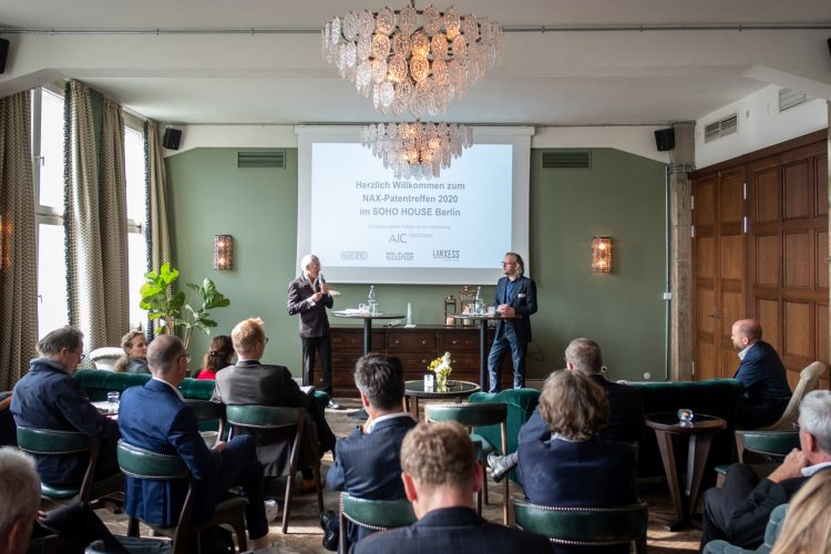 Xaver Egger hält einen Vortrag beim Patentreffen im Rahmen des NAX Online-Seminars 2020 im Soho House Berlin.