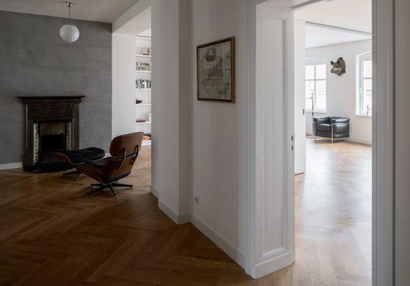 Wohnbereich mit Kamin der umgebauten Altbauwohnung in Berlin Mitte.