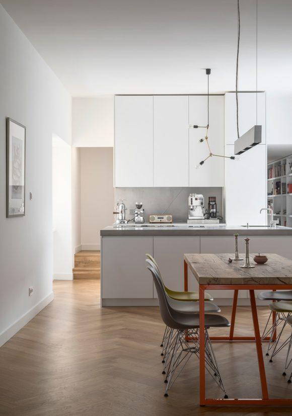 Essbereich mit Küche der umgebauten Altbauwohnung in Berlin Mitte.