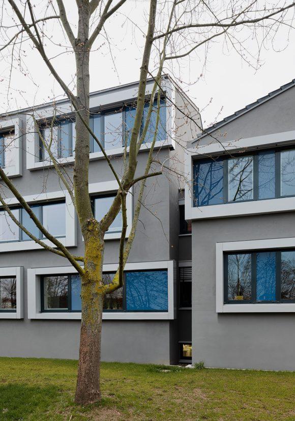 Sanierte Putzfassade mit Aluminiumrahmungen der Fenster der Polizeidirektion Bergstraße in Heppenheim.