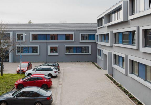 Polizeihof mit sanierten Bestandsgebäuden der Polizeidirektion Bergstraße in Heppenheim.