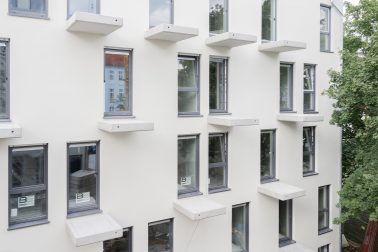 Die Fassade mit verspringenden Balkonen auf der Baustelle des Neubaus der Wohngemeinschaften und Appartments in Berlin.