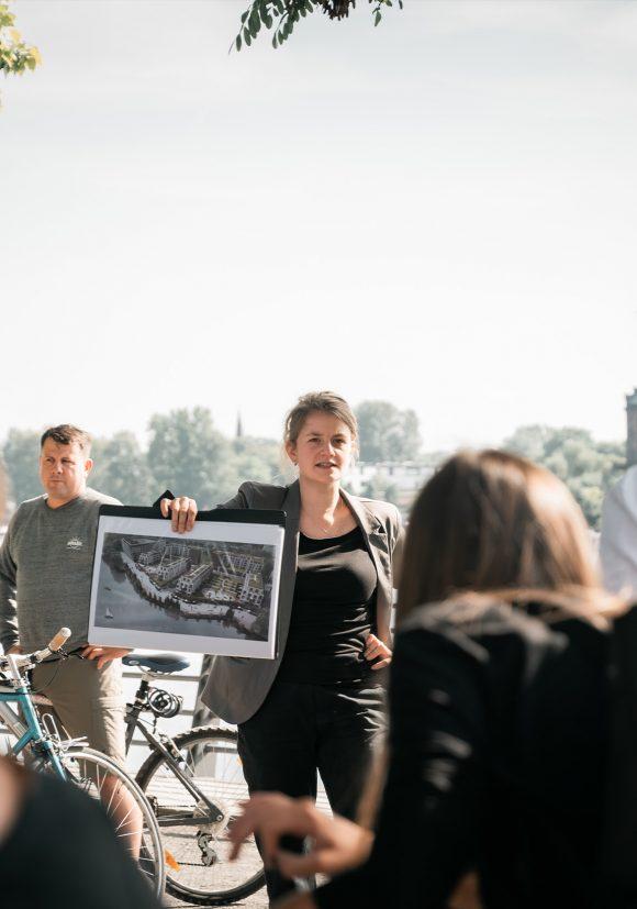 Mitarbeiter von Sehw Architektur und die Tourleiterin bei einer Architektur-Tour in Berlin.