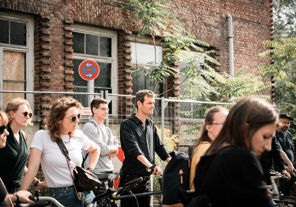 Hendrik Rieger und Mitarbeiter von Sehw Architektur bei einer Architektur-Tour in Berlin.