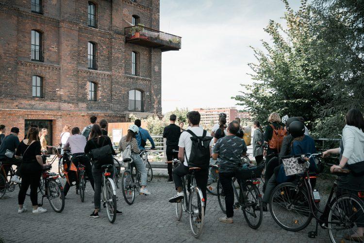 Mitarbeiter von Sehw Architektur bei einer Architektur-Tour in Berlin.