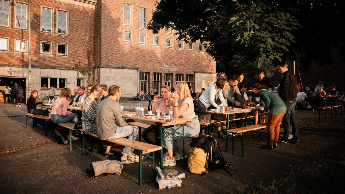 Mitarbeiter von Sehw Architektur beim Essen in Berlin.