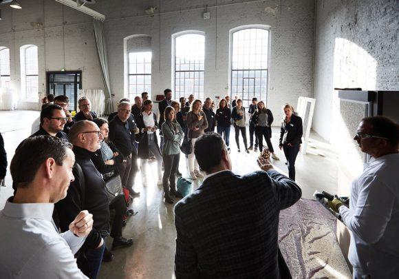 Publikum beim Vortrag schön rausgeputzt der Deutschen Beizeitung.