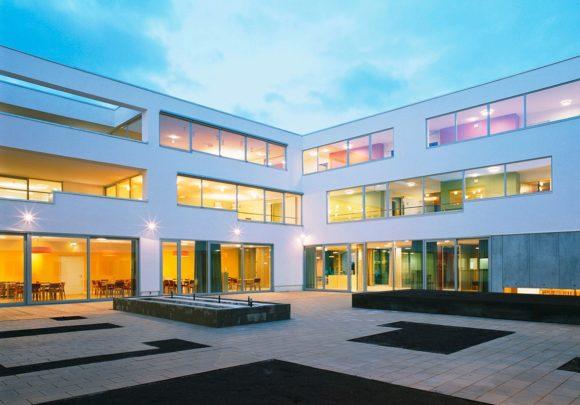 Innenhof mit Fensterbändern des Gesundheitszentrums Seekirchen.