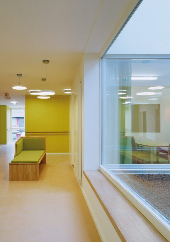 Erschließungszone mit Ausblick in den Innenhof des Gesundheitszentrums Seekirchen.