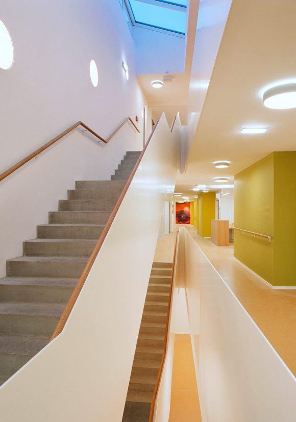 einläufige Haupttreppe mit Luftloch und Oberlichtverglasung des Gesundheitszentrums Seekirchen.