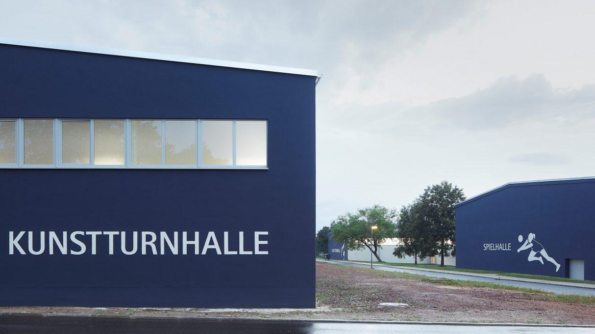 Fassade und offener Bereich der Kunstturnhalle in Chemnitz.