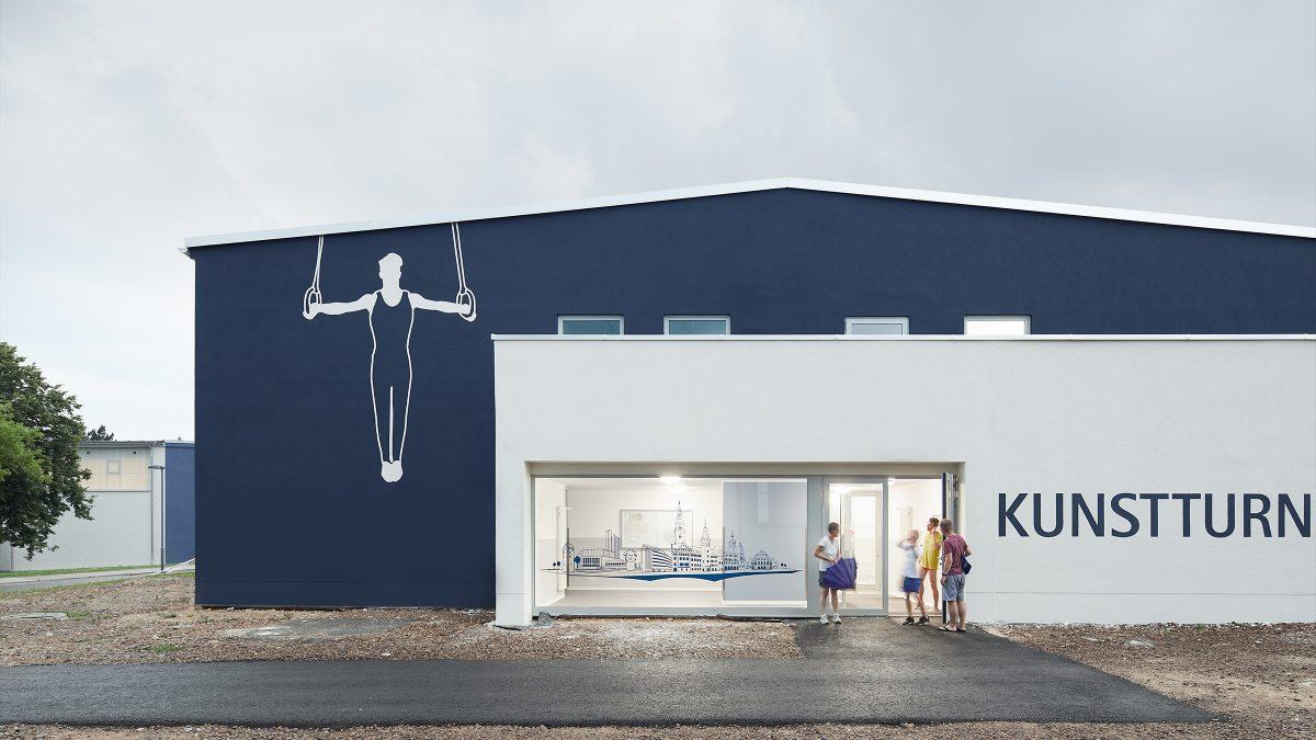 Fassade und Eingangsbereich der Kunstturnhalle in Chemnitz.