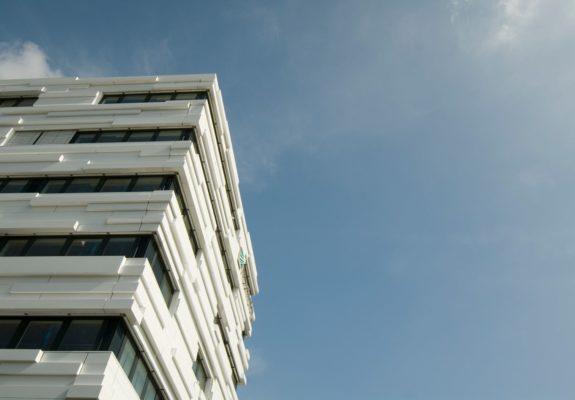 Profilierte weiße Aluminiumfassade des Fraunhofer Institut für sichere Informationstechnologie SIT in Darmstadt.