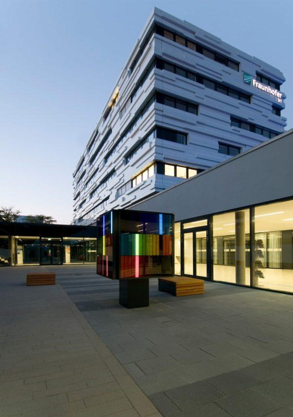 Hof zwischen Alt- und Neubau des Fraunhofer Institut für sichere Informationstechnologie SIT in Darmstadt.