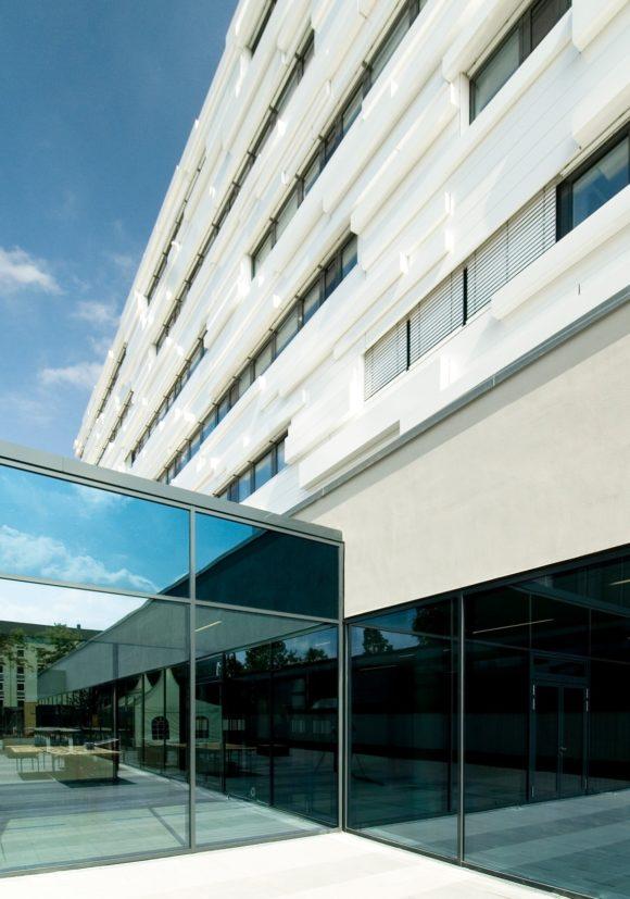 Glasgang zwischen Alt- und Neubau des Fraunhofer Institut für sichere Informationstechnologie SIT in Darmstadt.