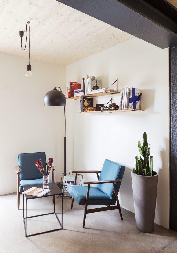 Gemütliche Sitzecke des Gemeinschaftsbereichs im Erdgeschoss des in Holzmodulbauweise errichteten Wohnhauses Stromstraße in Berlin.