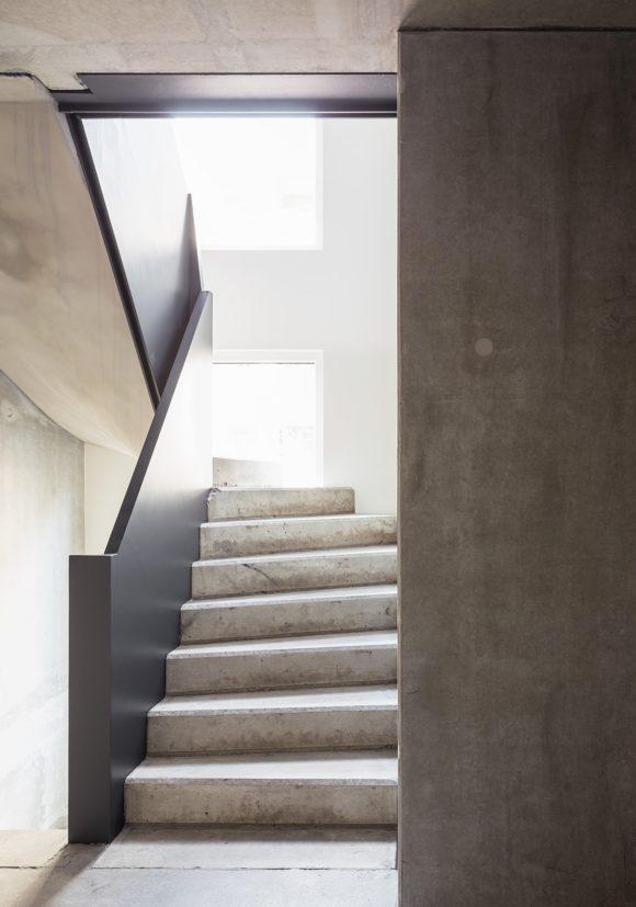 gewendelte Betontreppe des in Holzmodulbauweise errichteten Wohnhauses Stromstraße in Berlin.