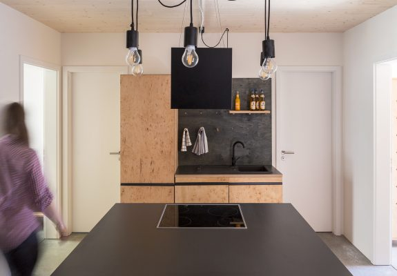 Gemeinschaftsküche einer Wohngemeinschaft des in Holzmodulbauweise errichteten Wohnhauses Stromstraße in Berlin.