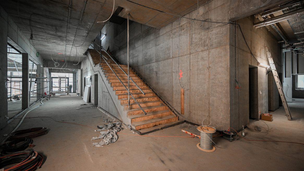 Treppe auf der der Baustelle des Inklusiven Schulzentrums in Döbern.