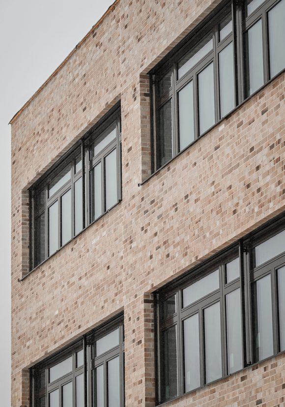 Klinkerfassade auf der Baustelle des Inklusiven Schulzentrums in Döbern.