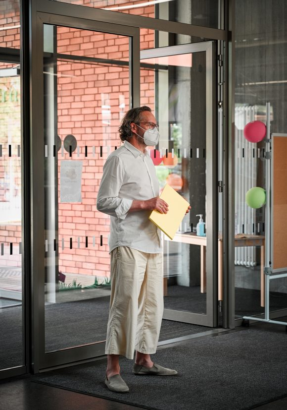 Xaver Egger von Sehw Architektur am Eingang der Grundschule am Jungfernsee am Tag der Architektur 2021.