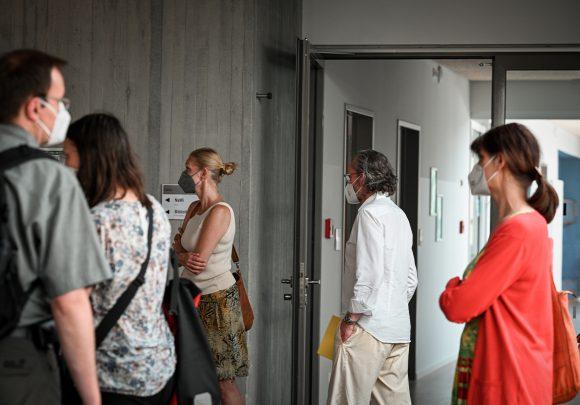 Xaver Egger von Sehw Architektur und die Gäste in der Grundschule am Jungfernsee am Tag der Architektur 2021.