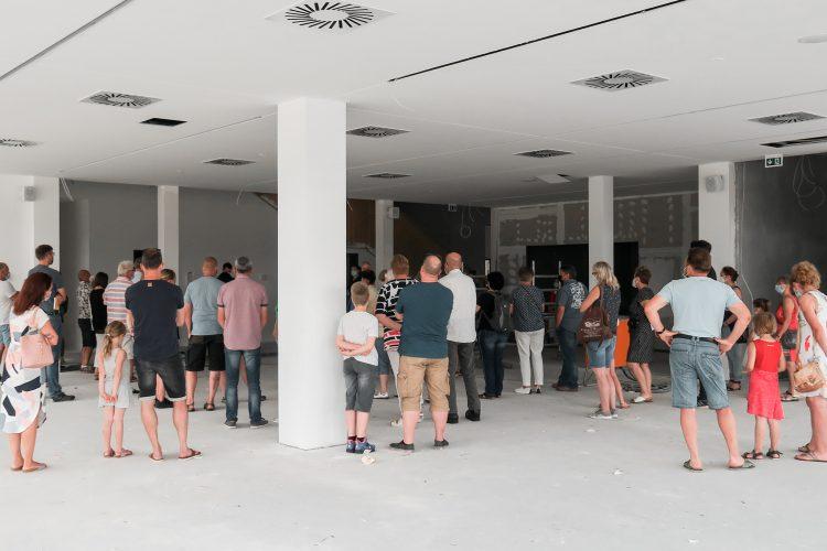 Hendrik Rieger von Sehw Architektur und die Gäste im Inklusiven Schulzentrum am Tag der Architektur 2021.