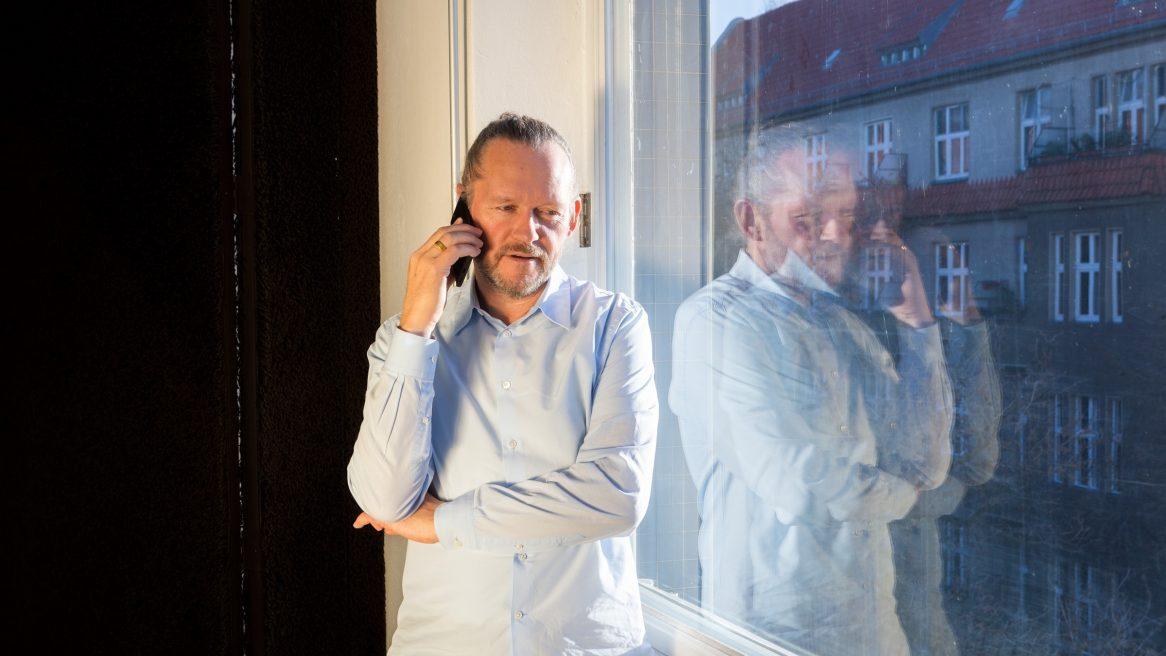 Xaver Egger, Geschäftsführender Gesellschafter von sehw architektur bei einem Telefongespräch.