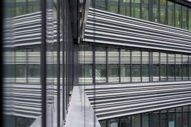 Blick vom Obereschgoss auf die Fassade des Verwaltungsgebäudes für die Leitwerk GmbH in Augsburg.