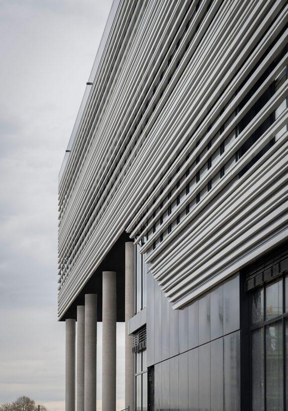 Seitenfassade und große Stützen des Verwaltungsgebäudes für die Leitwerk GmbH in Augsburg.
