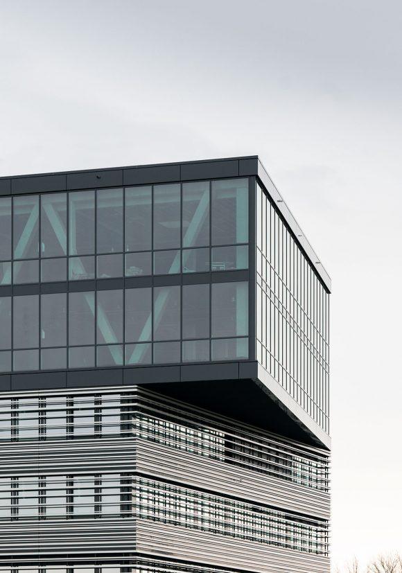 Blick von der Straße auf die Fassade und des Verwaltungsgebäudes für die Leitwerk GmbH in Augsburg.