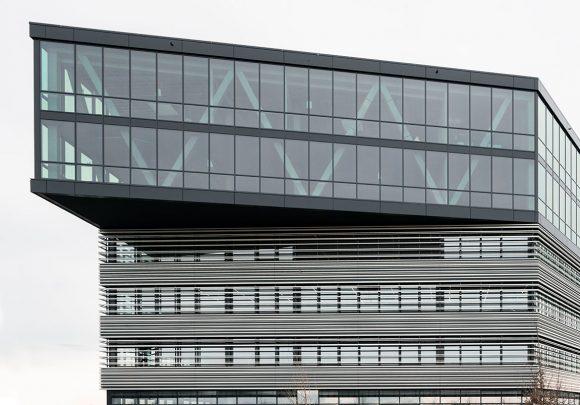 Blick von der Straße auf die Fassade des Verwaltungsgebäudes für die Leitwerk GmbH in Augsburg.