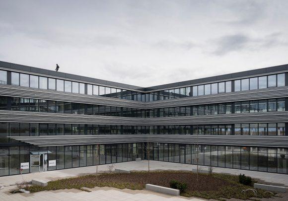 Blick vom Erdgeschoss auf den Innenhof des Verwaltungsgebäudes für die Leitwerk GmbH in Augsburg.