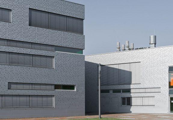 Vorplatz des Neubaus der Halle 16 der technischen Hochschule Wildau.