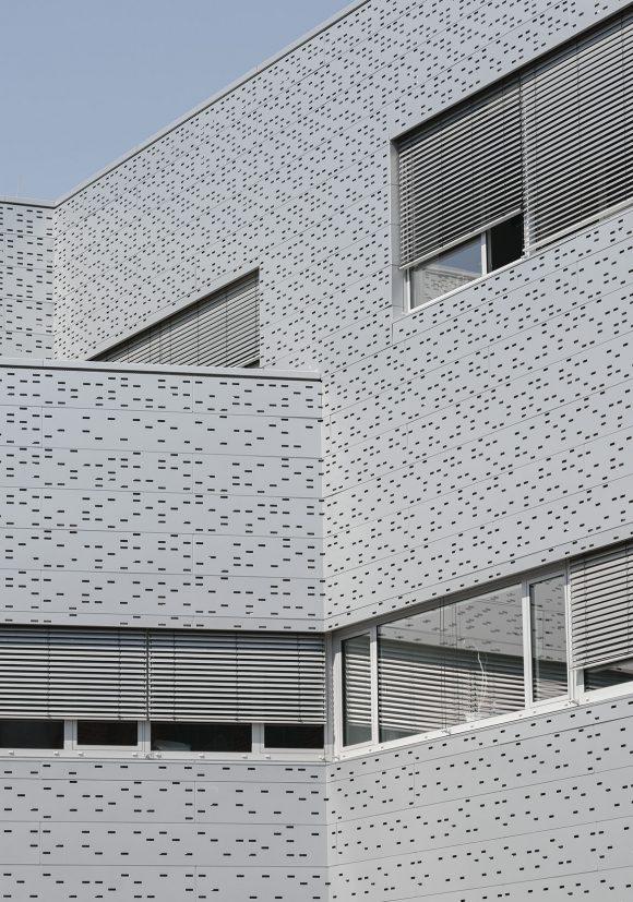 Fassadendetail der Lochblechfassade der Halle 16 der technischen Hochschule Wildau.