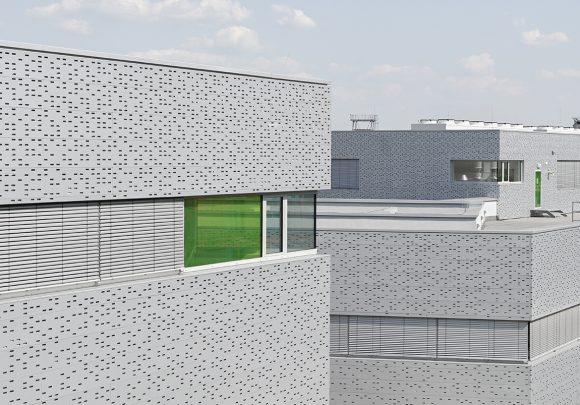 Abgetreppter Baukörper des Neubaus der Halle 16 der technischen Hochschule Wildau.
